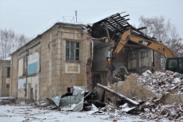 3 ноября рабочие снесли восточное крыло школы, сегодня демонтаж продолжился