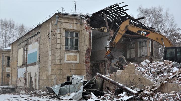 В Новосибирске сносят старейшую школу с уникальными барельефами