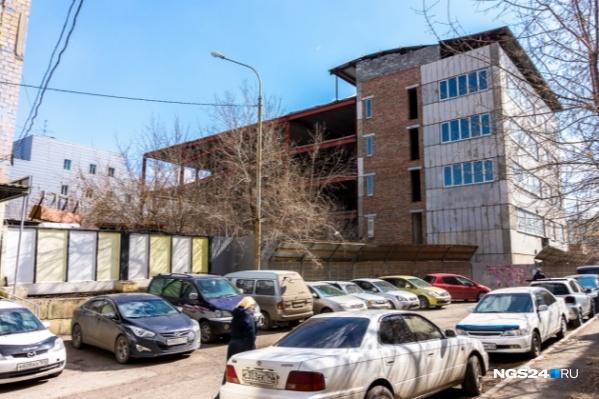 Здание стоит заброшенным более 10 лет