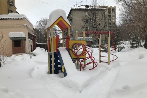 Редкий новосибирский двор может похвастаться прочищенными проходами к качелям и горкам. Чаще всего вместо детских площадок минимум 4 месяца — горы снега