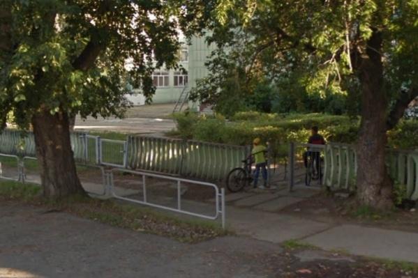 ЧП случилось во дворе этой школы, где каждый вечер собираются дети