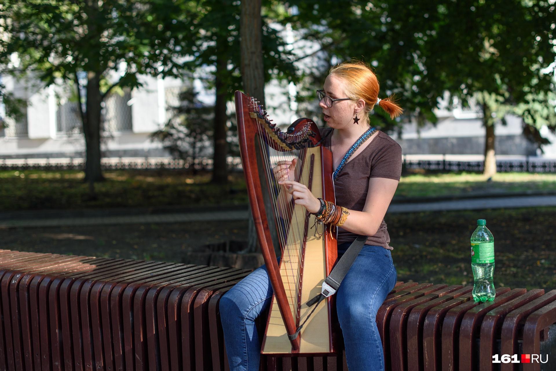 Среди уличных музыкантов есть и мастера академической музыки. Вот арфистка