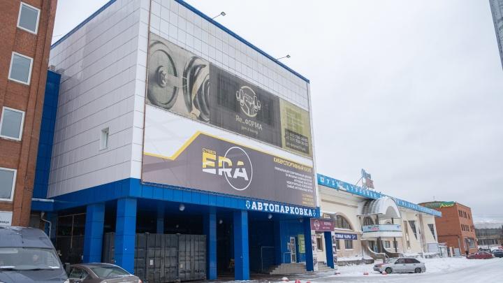 Ни фуд-маркета, ни канатки: вещевой рынок в центре Челябинска превратили в автопарковку