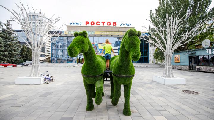 Зеленые кони и неоновые деревья: оцениваем, как украсили Ростов ко Дню города