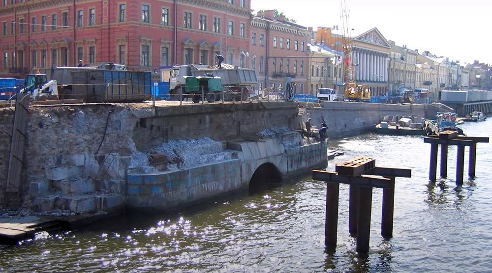 Обнажившийся выход Крюкова канала в Неву во время ремонта моста