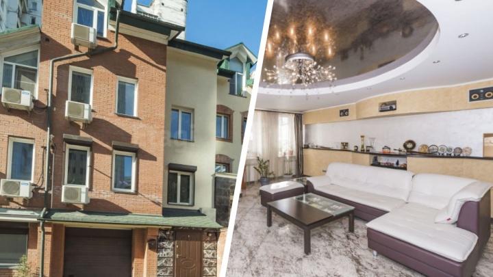 В центре Новосибирска за 40 миллионов продают таунхаус с бассейном и 7-метровой люстрой — рассматриваем 14 снимков