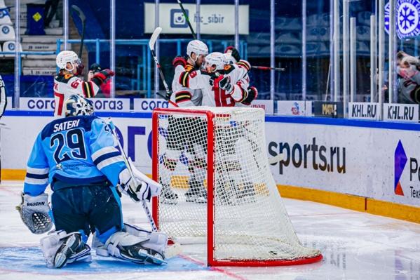 В прошлой игре вратарь «Сибири» Харри Сятери пропустил две шайбы за пять минут, в сегодняшней — три за шесть. Что же будет в следующем матче?