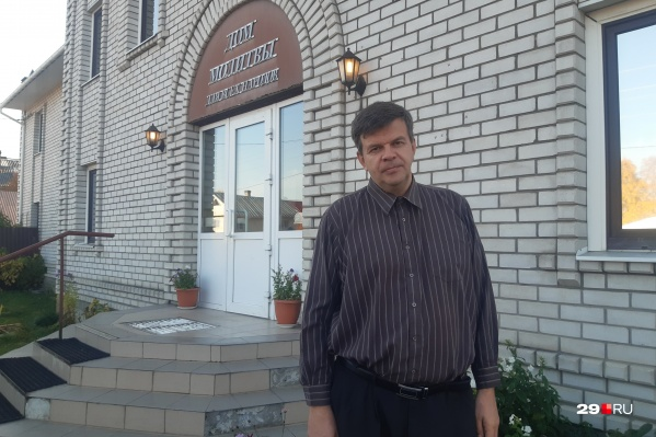 Глава семьи, живущей в доме в Соломбале на улице Валявкина, — Алексей Степанов