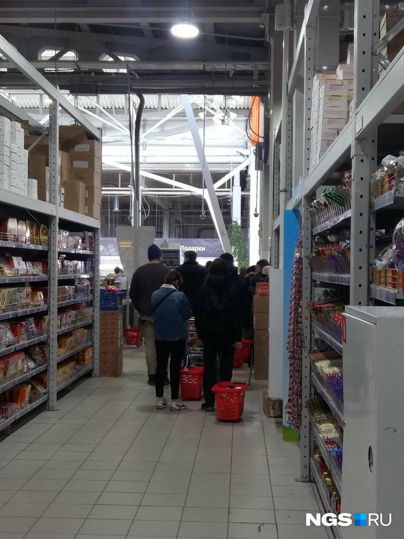 Напоминаем, что согласно новым правилам в продуктовые магазины ходить можно. Как передает наш корреспондент из магазина, у людей в корзинах в основном гречка и туалетная бумага