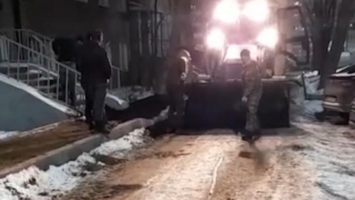 В Уфе рабочие укладывали асфальт прямо на снег