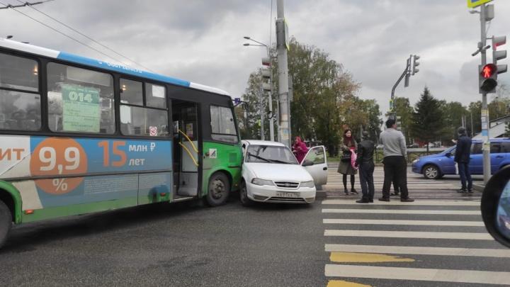 Лучше объехать: Московская встала в огромную пробку из-за столкновения легковушки с автобусом