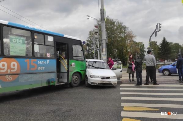 В аварию попали автобус № 014 и Daewoo Nexia