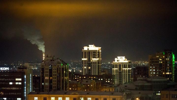 «Стекла трясутся, на улице чуть не сдуло»: новосибирцев напугали ветер, шум и искры от электростолбов