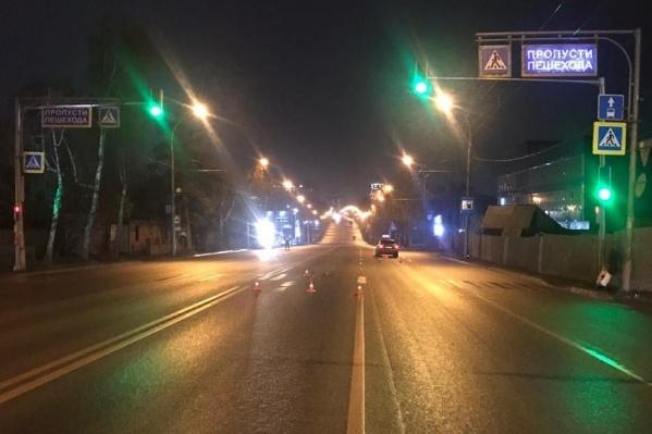 Водитель говорит, что мужчина переходил дорогу на запрещающий сигнал светофора