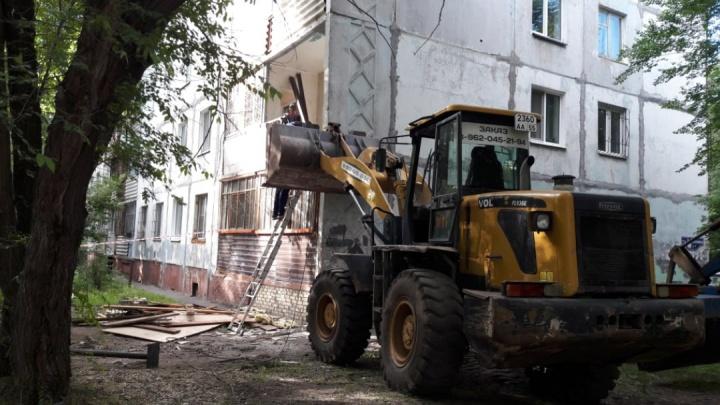 В Омске стену многоэтажки подпёрли трактором. Ведём прямой эфир с места событий