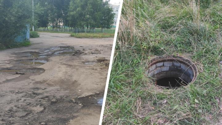 «Ребёнок чуть не нырнул туда»: в Ярославле родители нашли у школы опасный люк