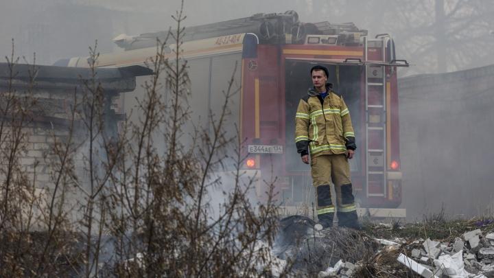 Дети кричали: «Дом горит, дом горит!» В Волгограде ликвидировали пожар в овраге