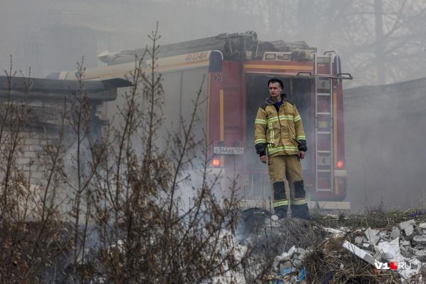 Огонь вплотную приближается к жилым домам
