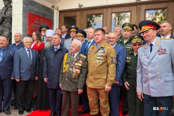 Четырёхтонные скульптуры установили у областного военного комиссариата