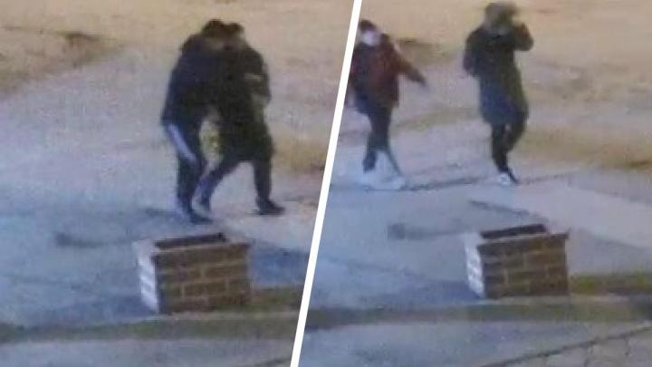Четверо мужчин напали на новосибирца на улице — подозреваемые попали на видео, объявлен розыск