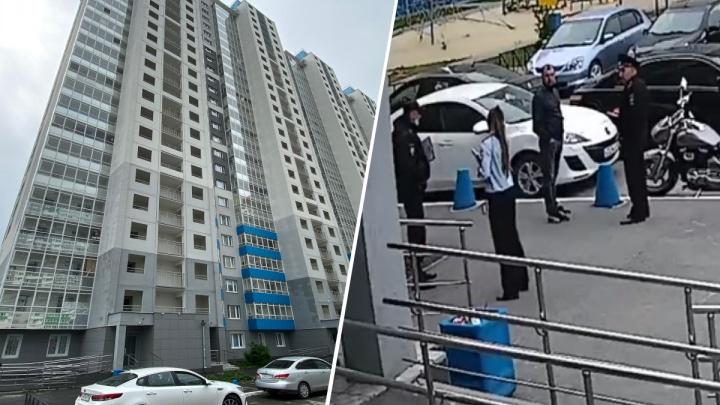 Полицейский — о переговорах с похитителем обоев: «Он несколько раз высунул лезвие ножа в щель двери»