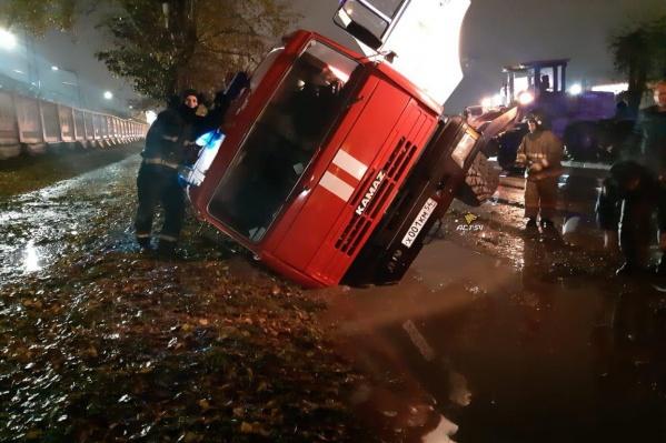 Машина провалилась в мягкий грунт, когда ехала на вызов