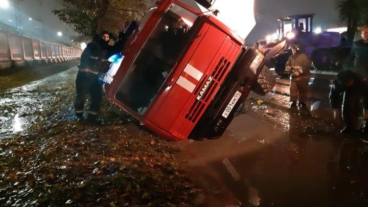 Пожарная машина спешила на вызов и провалилась в канаву в Калининском районе