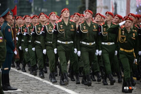 Военную полицию легко узнать по форме — у них красные береты