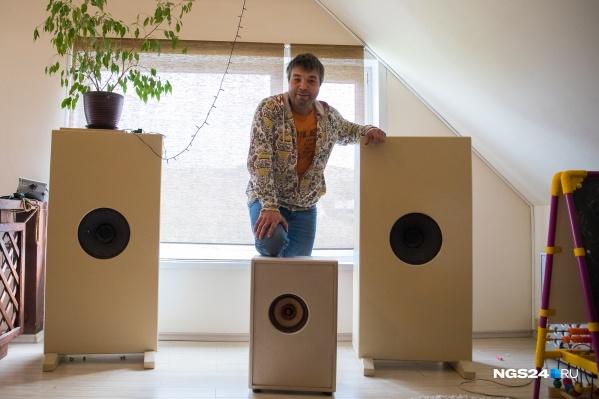 Последние 10 лет Денис Соседов делает всю акустику для своего дома сам