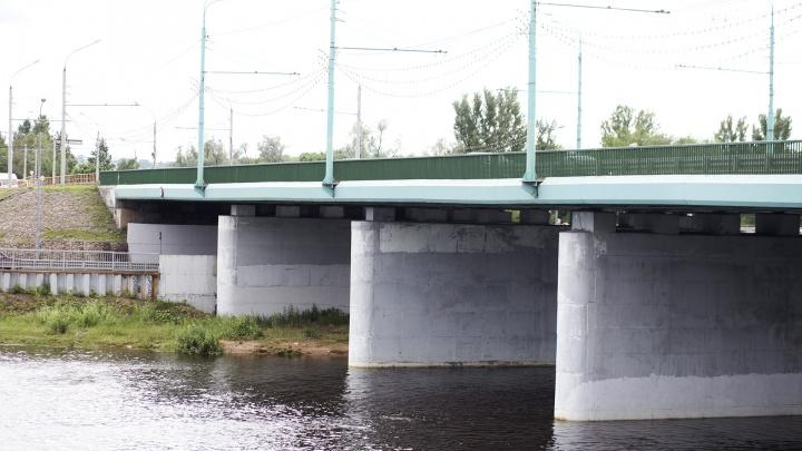 «Уговорил спуститься на мост»: ночью в Ярославле 40-летнего мужчину спасали от самоубийства