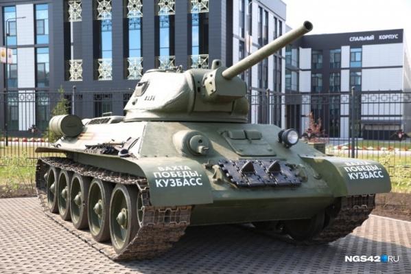 Танк установили возле главного входа в президентское кадетское училище послеторжественного шествия в честь 75-летия Победы