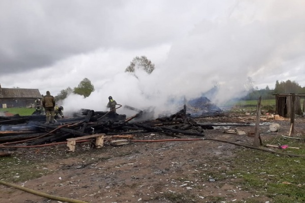 От жилого дома остались сгоревшие брёвна