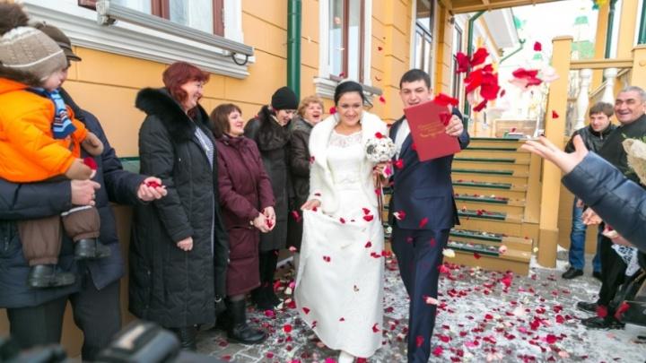 С поцелуями, но без гостей: как в Красноярске играют свадьбы во время карантина