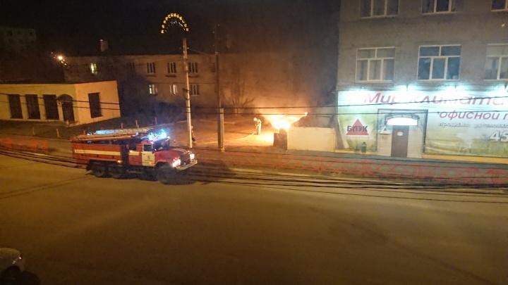 «Что-то взорвали»: во дворе дома в Ярославле вспыхнул пожар