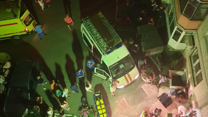 В Тюмени девочка-подросток упала с крыши девятиэтажки и застряла в проеме между двух домов