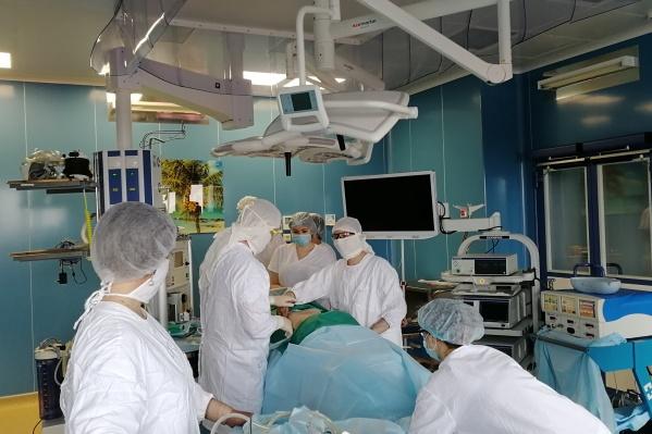 Новые операционные столы поставили онкоцентру ещё в начале прошлого года, но воспользоваться ими врачи так и не смогли