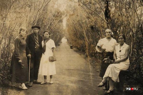На снимке — 1930-е годы прошлого века. Тюменская семья Пивоваркиных на Советском курорте. Представьте, что этот кадр был сделан почти сто лет назад! Обратите внимание на одежду позирующих на камеру — ну очень атмосферные наряды, согласитесь