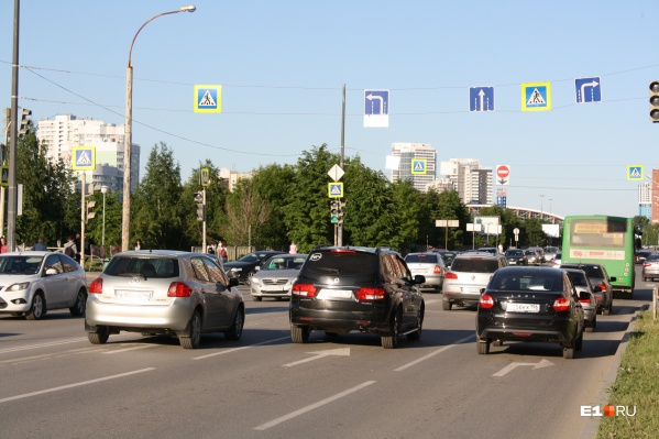 Над перекрестком появились знаки направлений по полосам