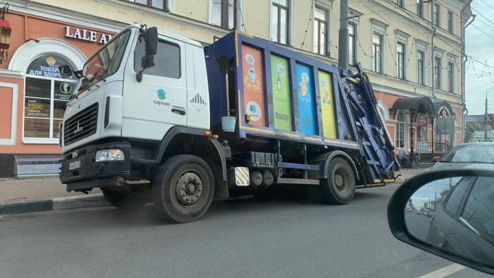 В центре Ярославля мусоровоз угодил в вечную яму. Фото