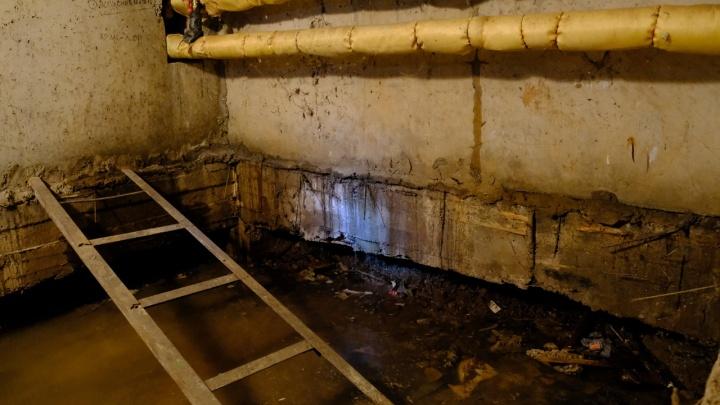 В Перми прорвало транзитный трубопровод — вода лилась несколько часов, затопило подвал жилого дома