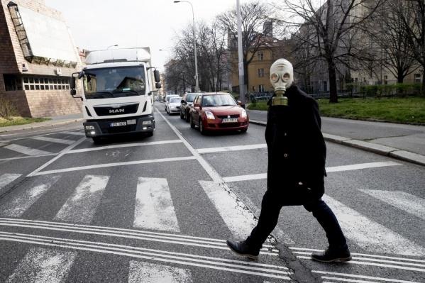 Фото опустевшей туристической Праги с людьми в противогазах шокируют<br>