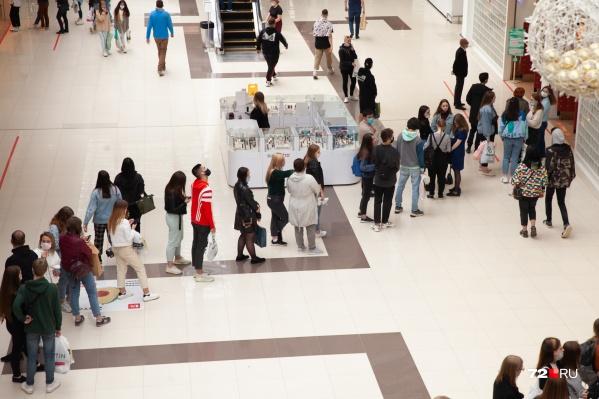 Только посмотрите, какие очереди образовались в магазинах в день открытия
