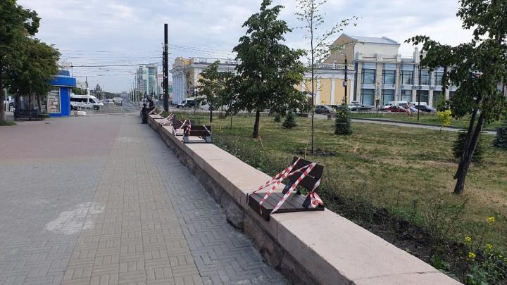 На парапетах Кировки сделали арт-скамейки для тех, кто любит закидывать ноги