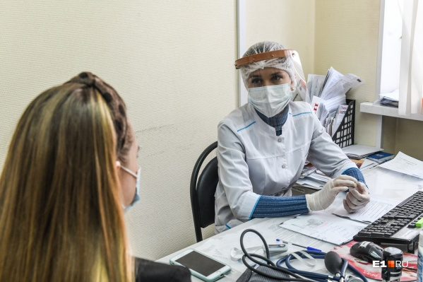 Президент поставил задачу привить всю страну до конца лета. Заканчивается весна, но вакцинированных на Урале по-прежнему меньше 10%