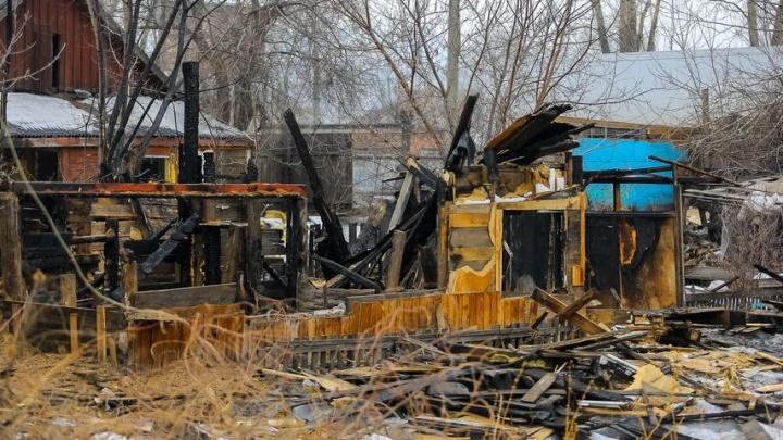 В руинах сгоревшего дома на Бугаче нашли тело мужчины