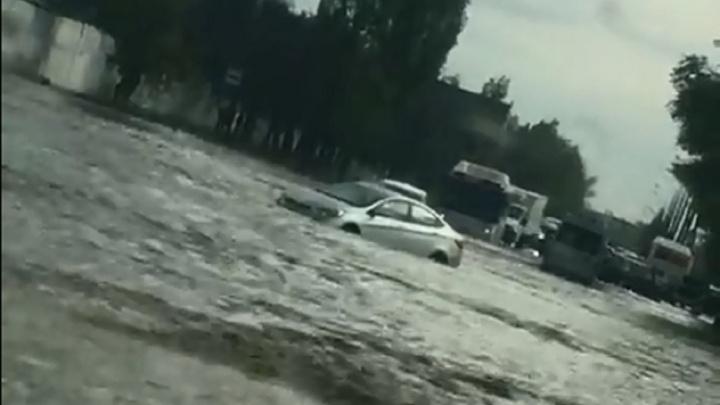 В Волгограде после дождя тонут машины: фото и видео