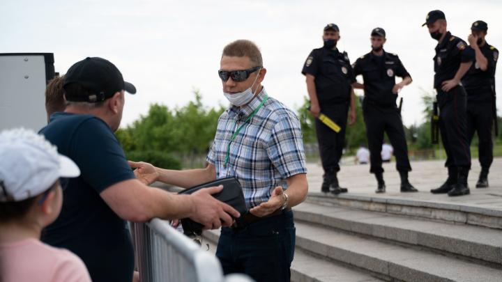 «Тут всё для избранных»: сибирских туристов с матом прогнали с Мамаева кургана Волгограда