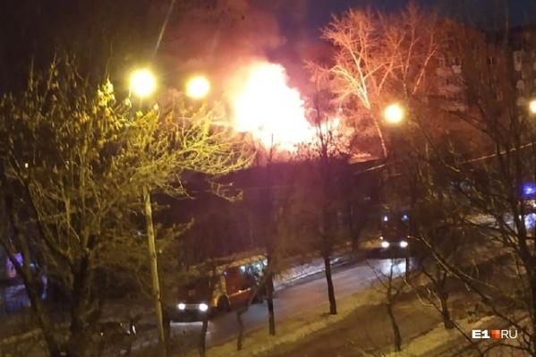 Загорелся барак, находящийся на перекрестке улиц40 лет Октября и Кировградской