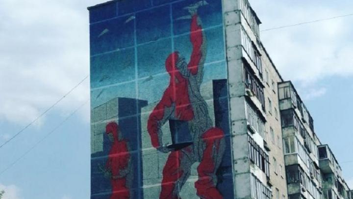 В Екатеринбурге начали рисовать гигантские граффити — размером с девятиэтажку