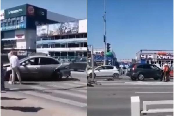 Машины столкнулись у пешеходного перехода